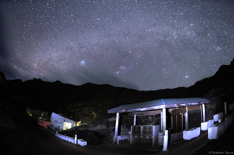 外輪山に囲まれた池之沢(村営ふれあいサウナ付近)から見た星空